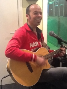 Tim tijdens repetitie (en in goed humeur)